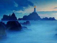 Leuchturm am Meer mit Nebelschleier